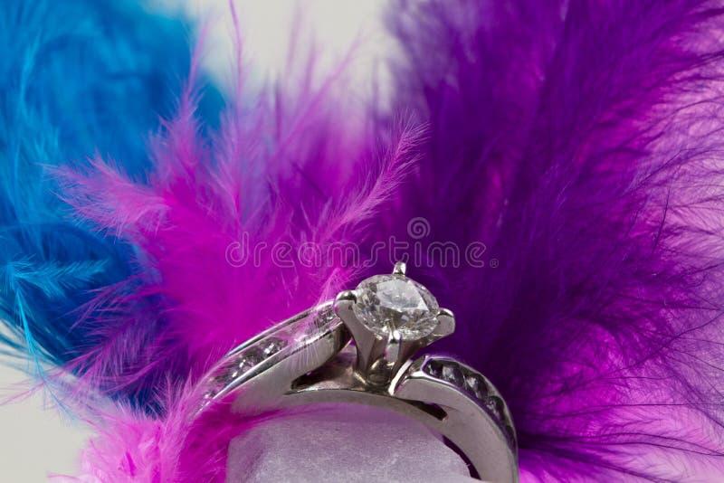 Anello di fidanzamento e piume fotografia stock
