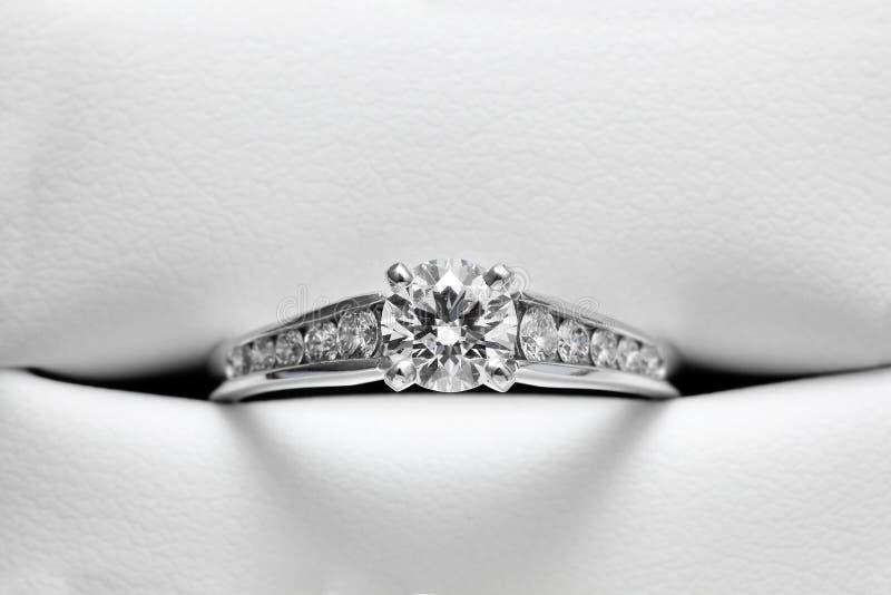 Anello di fidanzamento in intelaiatura di cuoio immagini stock