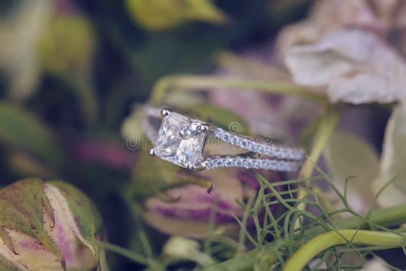 Anello di fidanzamento di nozze di diamante immagine stock libera da diritti