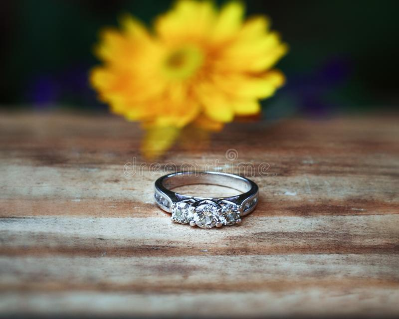 Anello di fidanzamento di pietra tre fotografia stock
