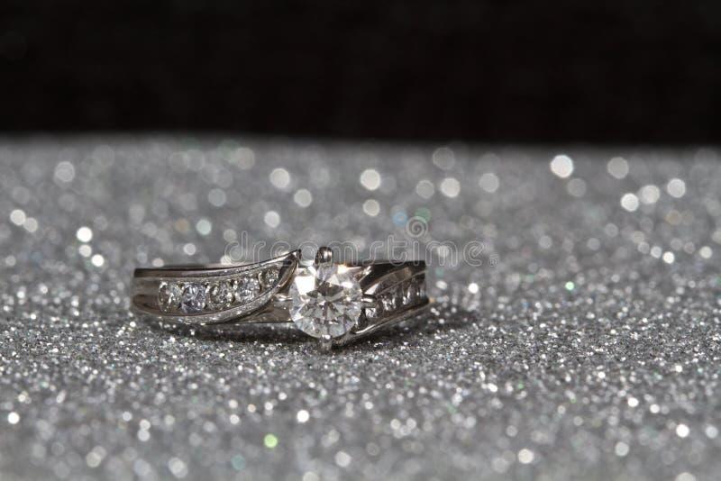 Anello di fidanzamento su argento immagine stock libera da diritti