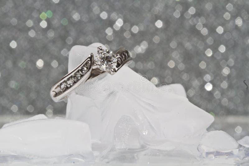 Anello di fidanzamento su ghiaccio fotografia stock libera da diritti