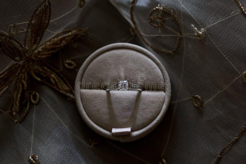 Anello di fidanzamento in un contenitore di regalo fotografia stock libera da diritti