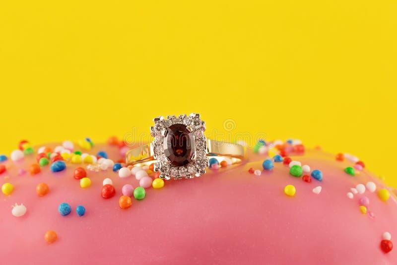 Anello di Garnet And Diamond Solitaire Gold immagine stock