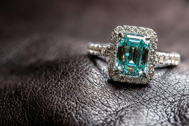 Anello Di Gioielli Con Big Carat Blue Diamond immagine stock libera da diritti