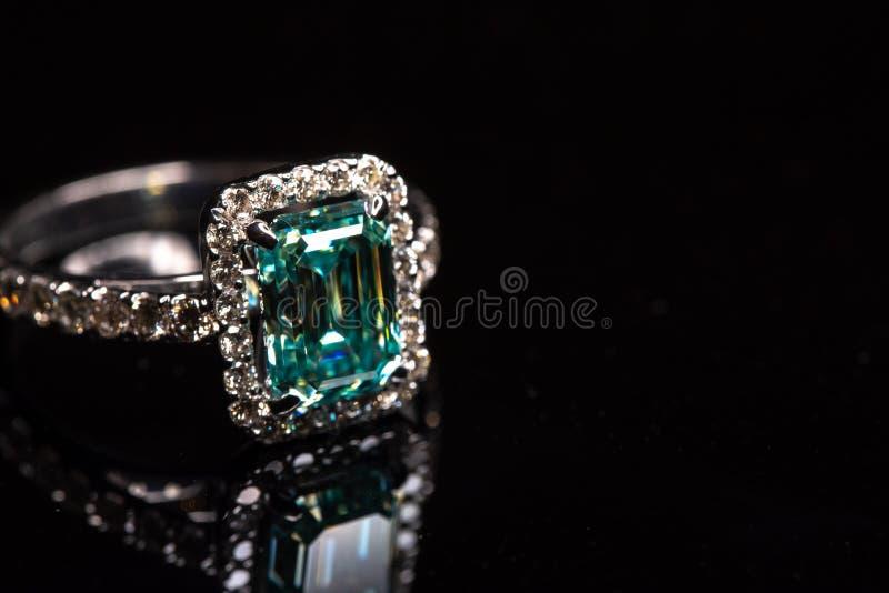 Anello Di Gioielli Con Big Carat Blue Diamond immagine stock
