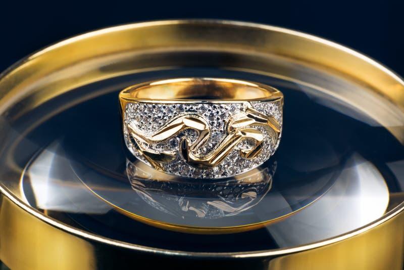 Anello di oro con brilliants immagine stock libera da diritti
