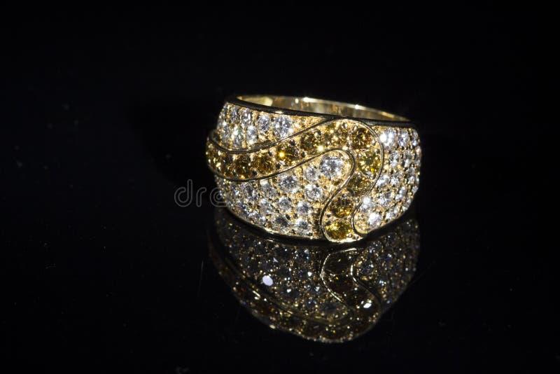 Anello di oro con brilliants fotografia stock libera da diritti