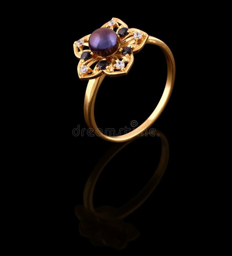 Anello di oro con i brilliants fotografie stock libere da diritti