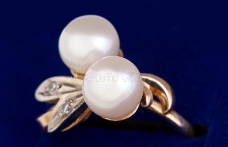 Anello di oro con il primo piano delle perle immagini stock libere da diritti