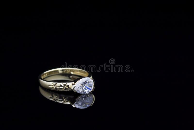 Anello di oro con la pietra immagini stock libere da diritti