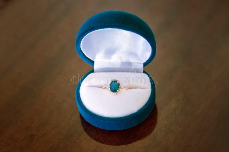 Anello di oro con topazio in scatola immagini stock
