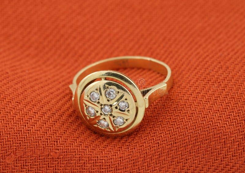 Anello di oro dei gioielli con il diamante immagini stock libere da diritti