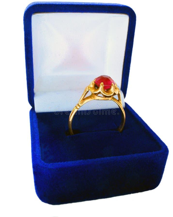 Anello di oro di cerimonia nuziale in casella fotografia stock libera da diritti