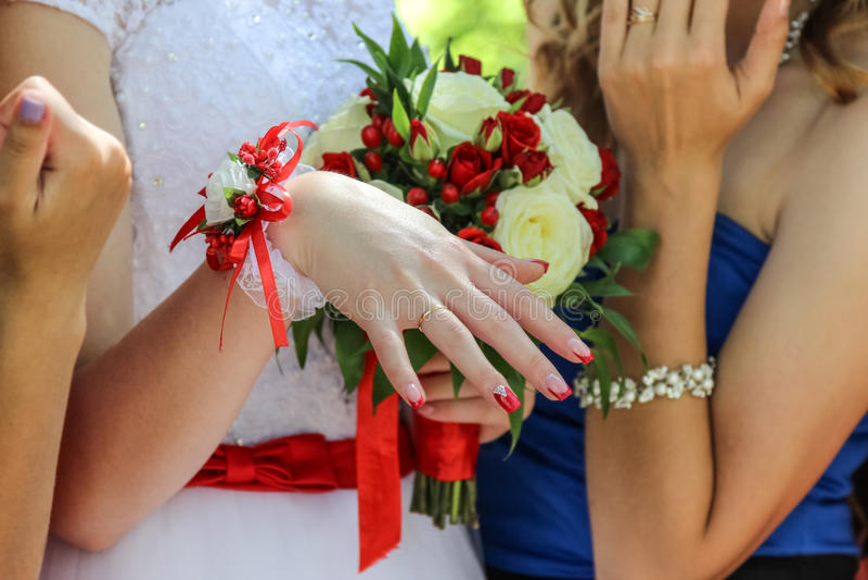 Anello di oro di nozze sul dito della sposa, giorno delle nozze fotografie stock