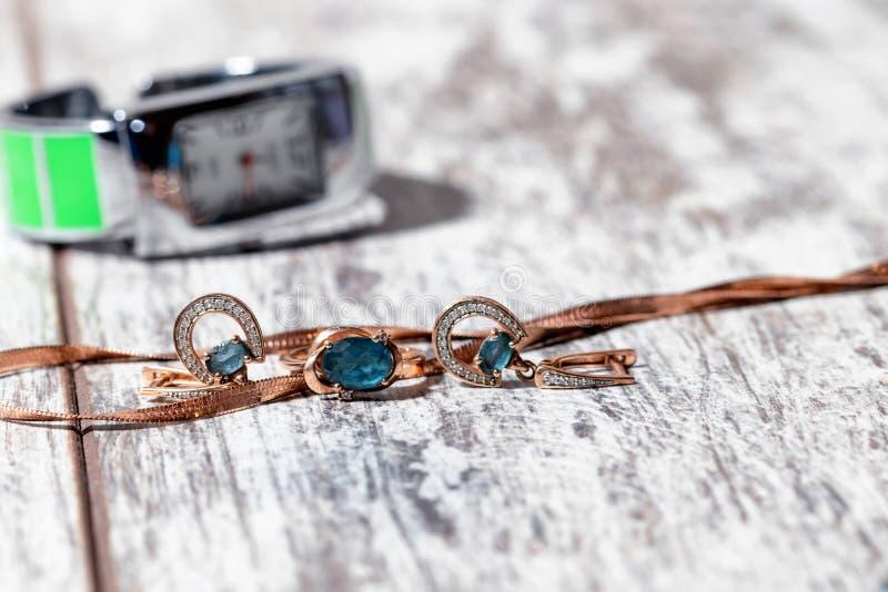 Anello di oro, orecchini e catene immagini stock libere da diritti