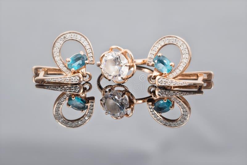 Anello di oro, orecchini e catene fotografia stock libera da diritti