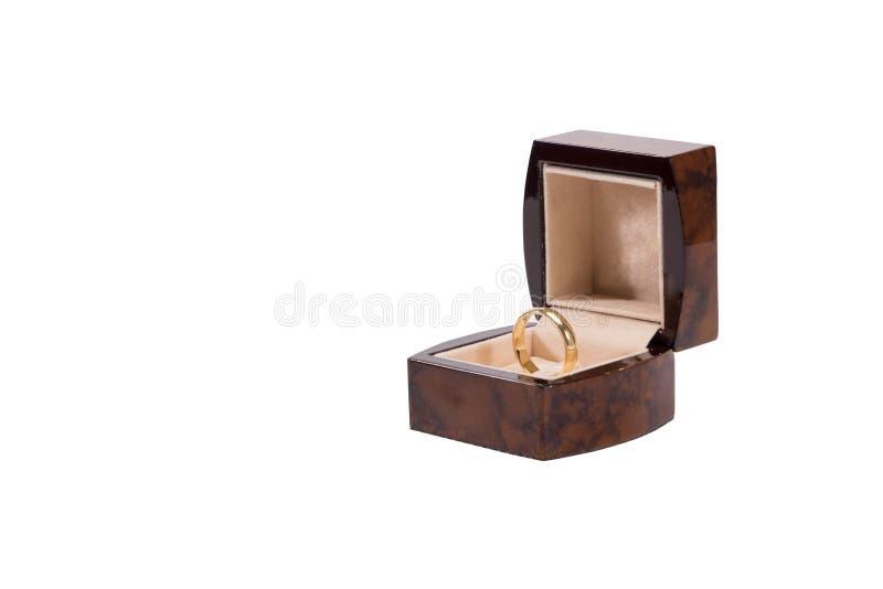 Anello di oro su un fondo bianco immagine stock