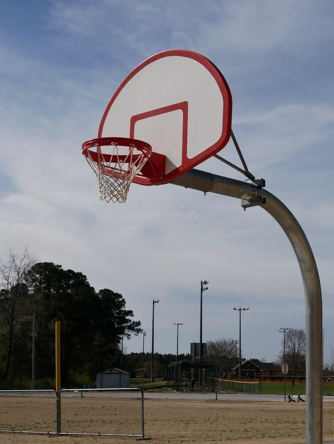 Anello di pallacanestro nella luce del giorno immagini stock libere da diritti