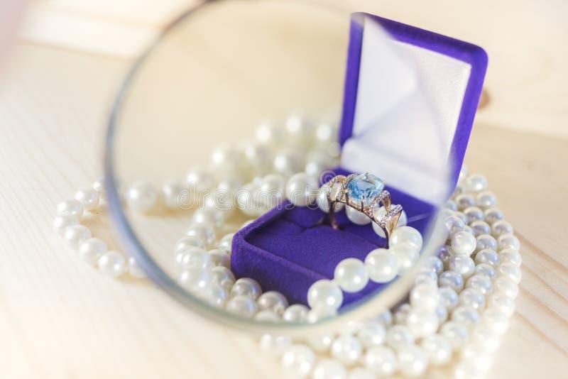 Anello dorato con la gemma in contenitore e perle di regalo fotografie stock libere da diritti