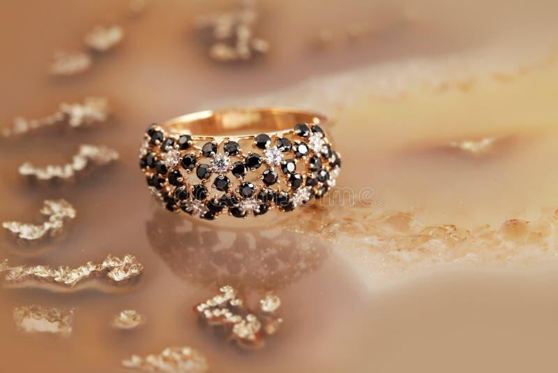 Anello dorato dei gioielli con i brilliants immagini stock libere da diritti