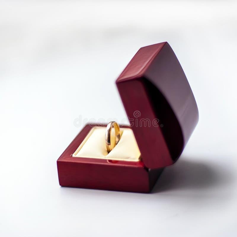 Anello dorato di nozze in scatola aperta della sequoia fotografia stock libera da diritti