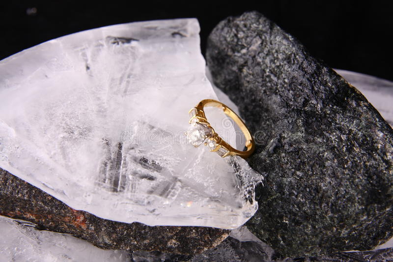 Anello e ghiaccio di diamante fotografia stock
