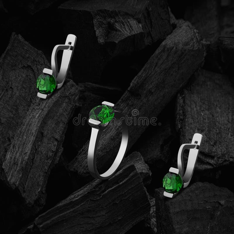 Anello ed orecchini con gli smeraldi fotografia stock libera da diritti