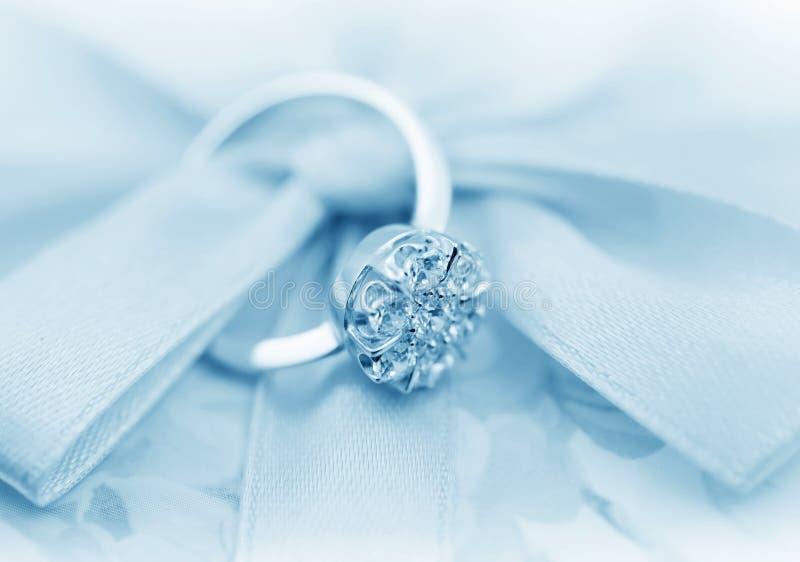 Anello elegante dei monili con i brilliants immagine stock