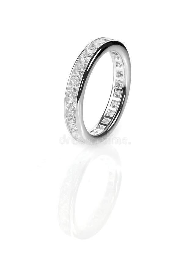 Anello nuziale stabilito del canale della banda di nozze del diamante fotografia stock