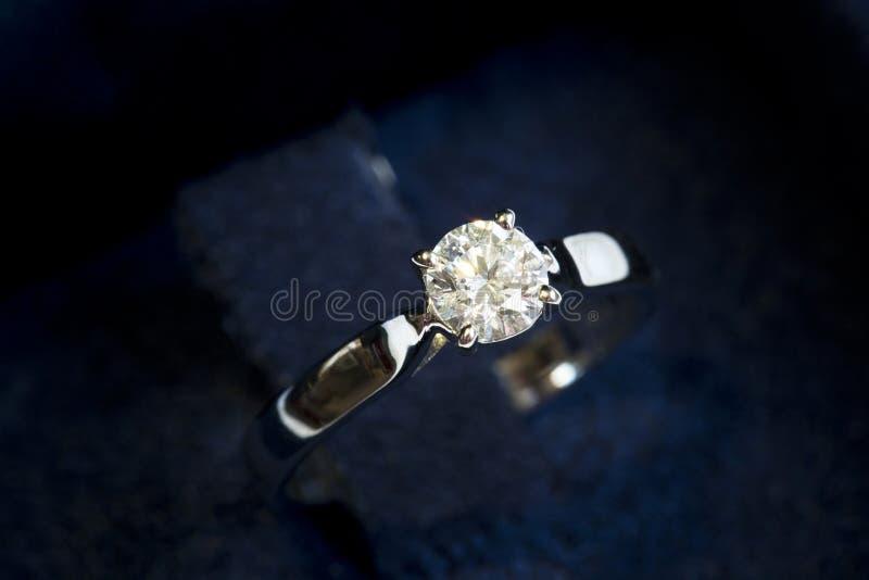 Anello prezioso con il diamante immagine stock