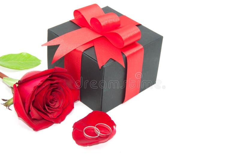 Anello, rosa rossa e contenitore di regalo del nero fotografia stock