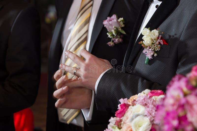 Anello su un dito dello sposo fotografia stock libera da diritti