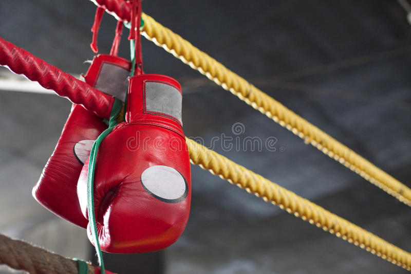 Anello tailandese rosso di lotta intestina dei guanti di inscatolamento di Muay fotografie stock libere da diritti