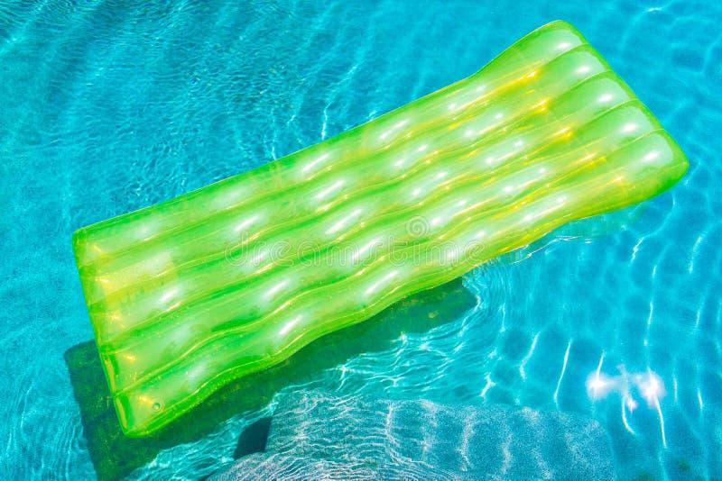 Anello variopinto di nuotata o galleggiante di gomma intorno all'acqua della piscina immagine stock libera da diritti