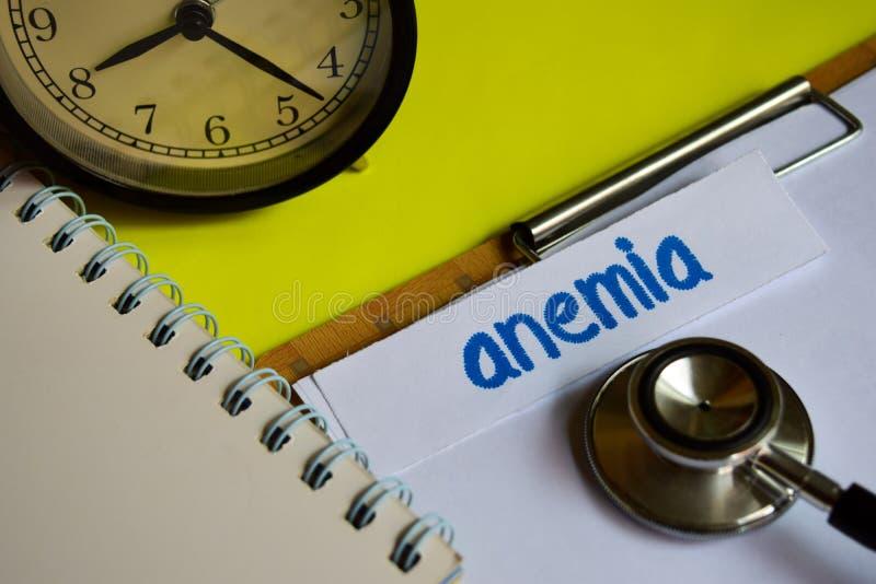 Anemia na opieki zdrowotnej pojęcia inspiracji na żółtym tle fotografia royalty free