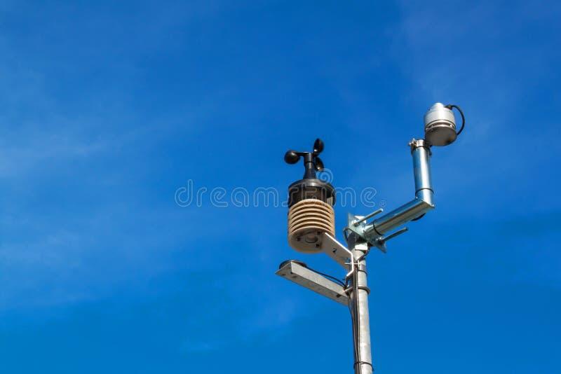 Anemometr na niebieskim niebie Pogodowy pomiarowego instrumentu wiatru filiżanki metr i kierunek zdjęcia stock