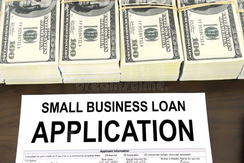 Anerkanntes Bewerbungsformular und Geld des gewerblichen Kleinkredits lizenzfreie stockfotos