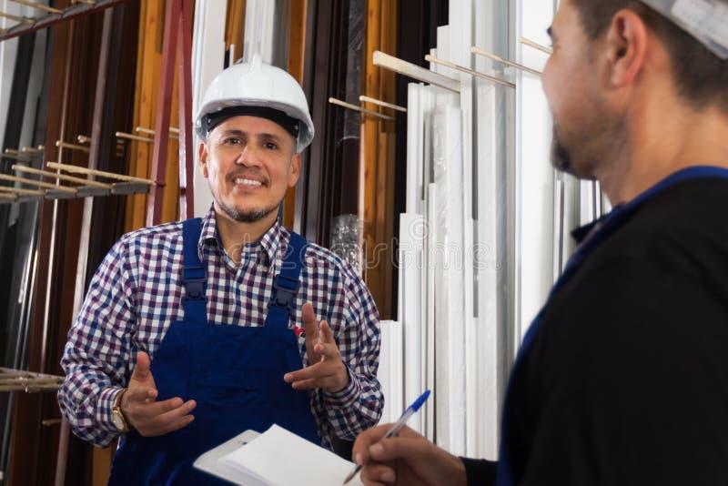 Anerkennend Arbeit des Managers an der Fensterfabrik stockfoto