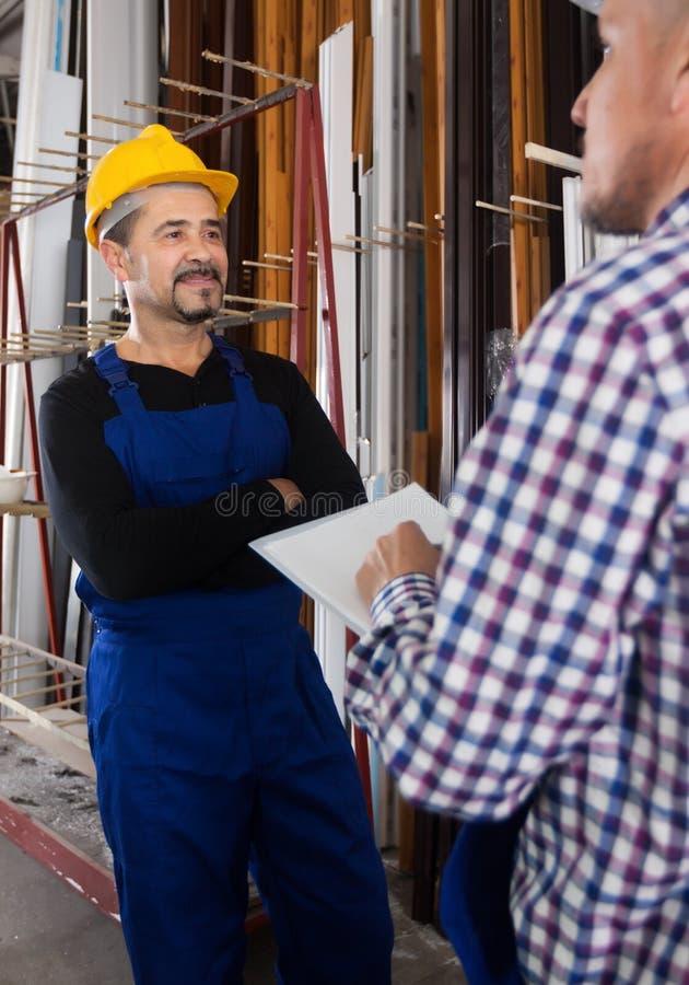 Anerkennend Arbeit des Managers an der Fensterfabrik lizenzfreies stockfoto