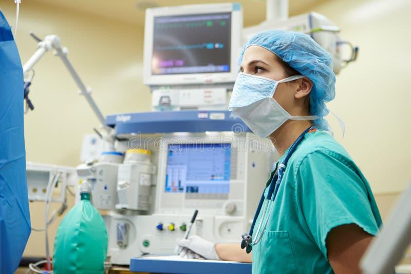 Anestesista que trabaja en teatro de operaciones foto de archivo libre de regalías