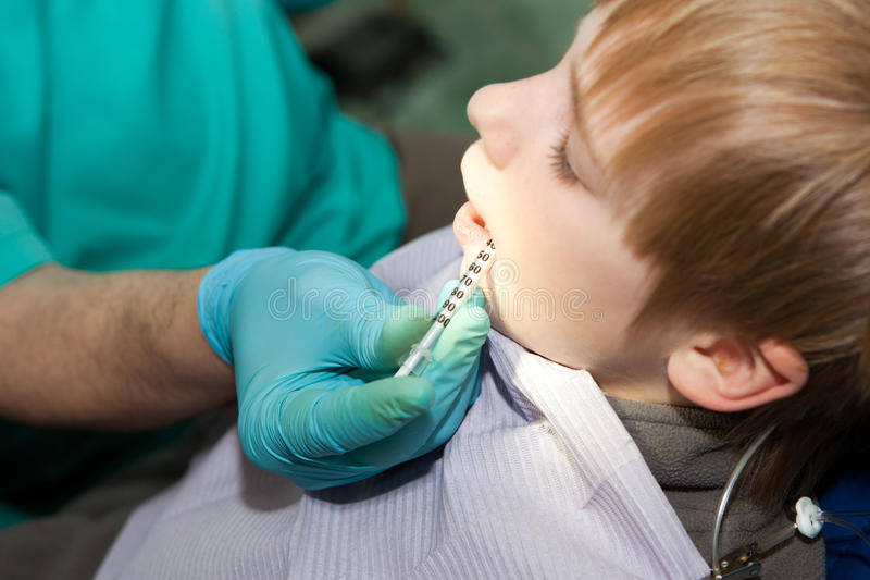 anestetyczny dziecka dentysty zastrzyk robi zdjęcie stock