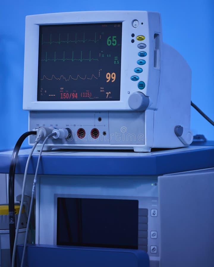 Anestezja monitor pokazuje rzeczywistych zasadniczych znaki dla stałej cierpliwej inwigilacji podczas operacji w szpitalu obraz stock