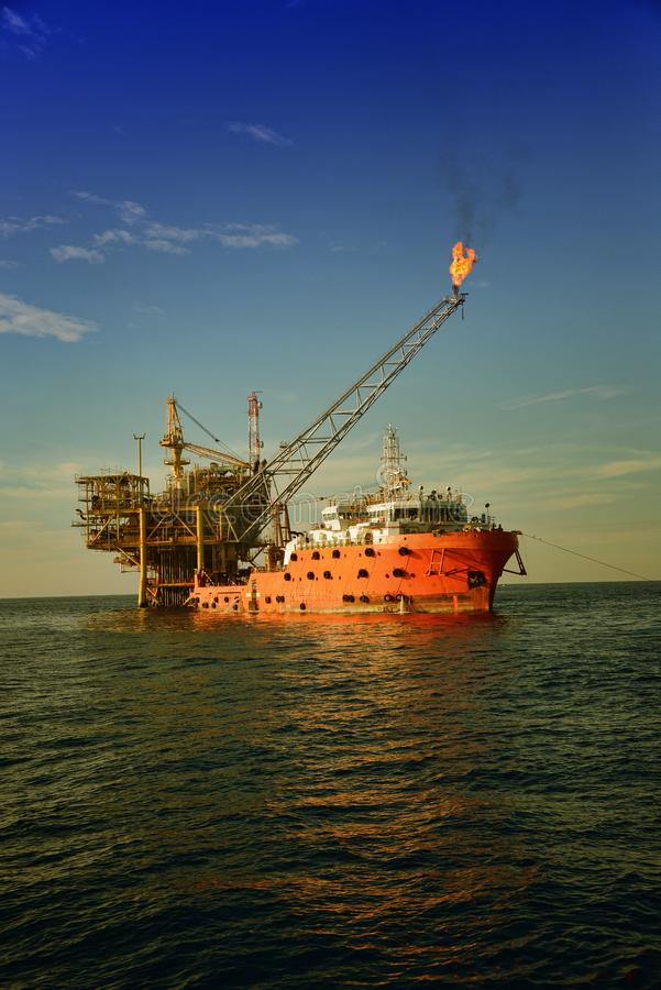 Anexo do barco de trabalho da acomodação à plataforma petrolífera no mar foto de stock royalty free