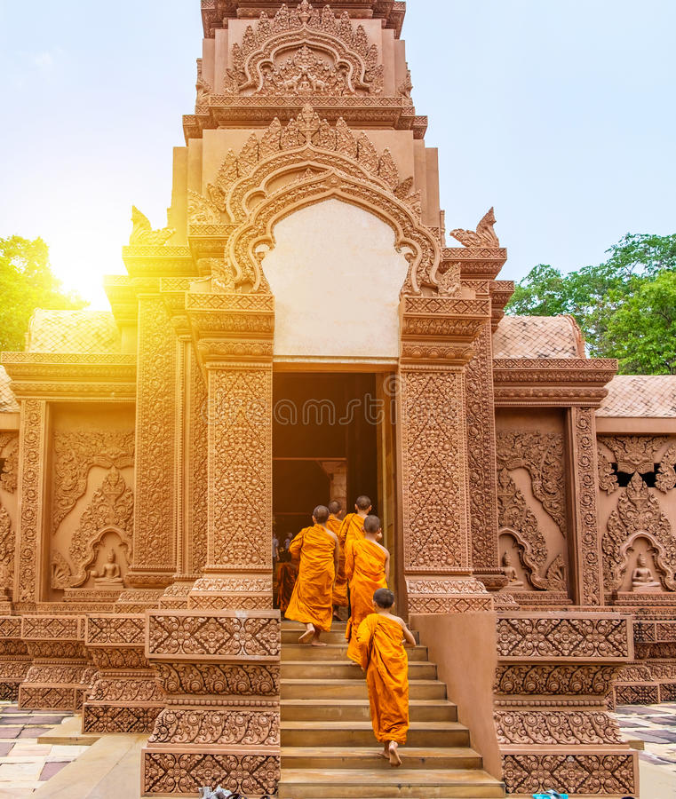 Anfängergruppe, die zum schönen Tempel der Tür geht stockbild