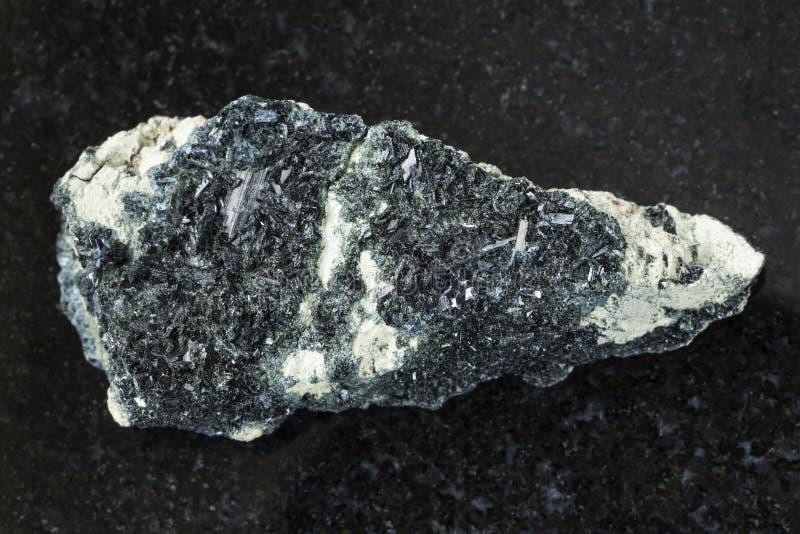 Anfíbolo na rocha do anfíbolo-carbonato na obscuridade imagens de stock