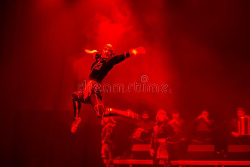Anförande av den nationella georgiska baletten Sukhishvili Den georgiska dansaren hoppade royaltyfri bild