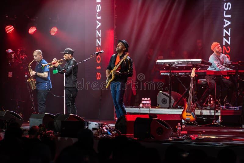 Anförande av Marcus Miller med hans musikband på jazzfestivalen i Lviv i Ukraina 2018 arkivbild