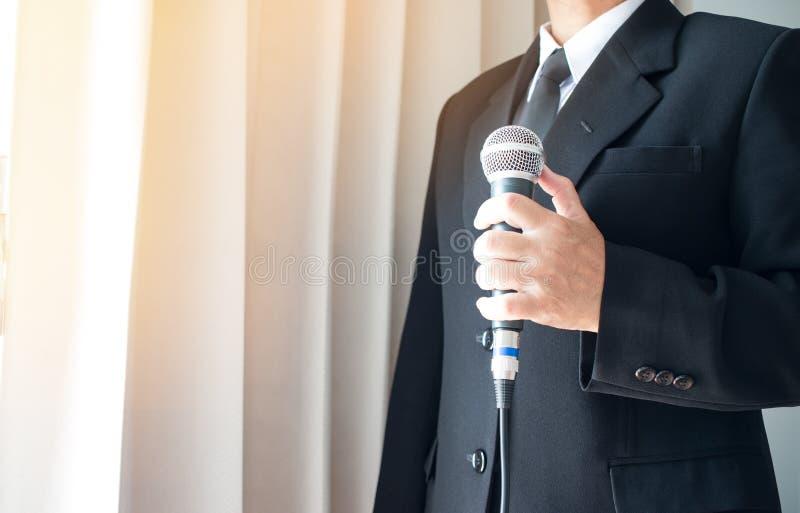 Anförande för smart affärsman och tala med mikrofoner i semina arkivfoton