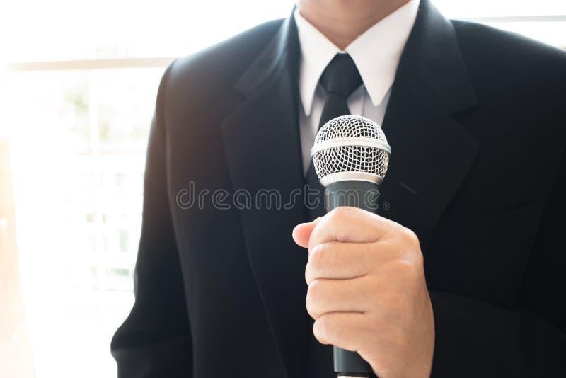 Anförande för smart affärsman och tala med mikrofoner i semina royaltyfri fotografi